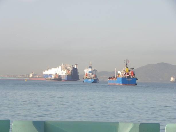 Ecologistas lamentan que buques de Gibraltar fondeen en aguas españolas y que el Gobierno no haga nada