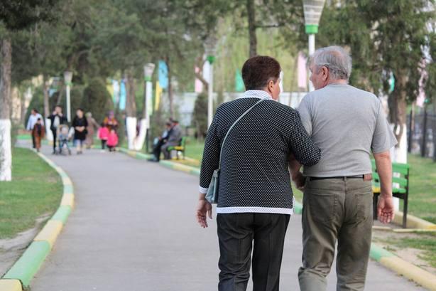 Mujer y hombre paseando