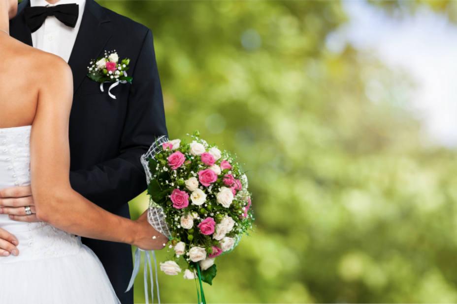Una pareja se casa en una funeraria porque la sala de plenos estaba en obras