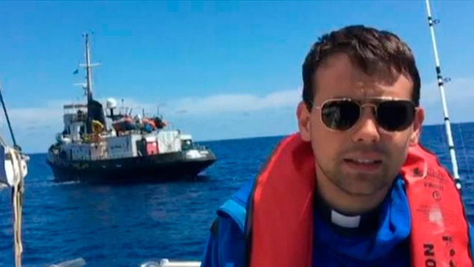 Don Mattia ha pasado dos semanas en el Mediterranea Saving Human, salvando inmigrantes | FamigliaCristiana