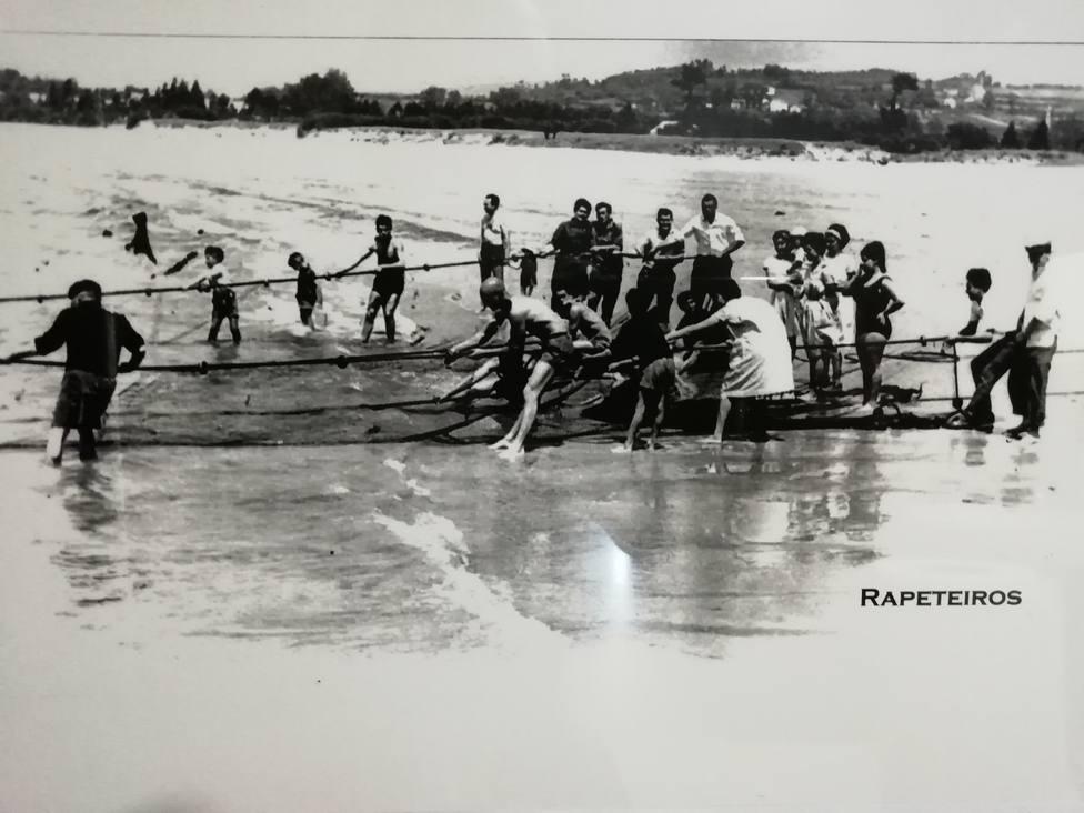 Foto antigua de cómo los marineros cedeireses llevaban a cabo el arte de la rapeta
