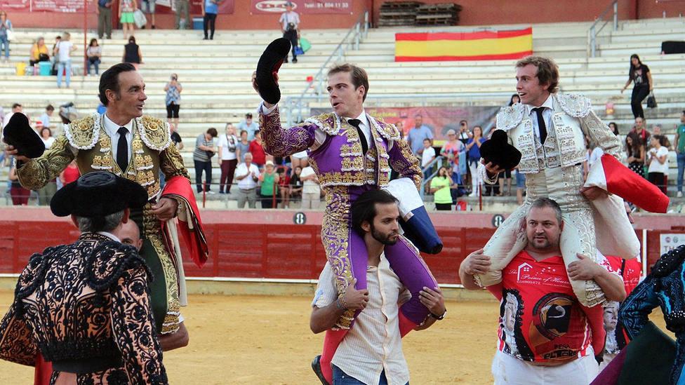 El Cid, Javier Cortés y Román, en su salida a hombros este domingo en Parla (Madrid)