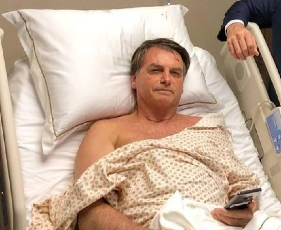 La inquietante foto del hijo de Bolsonaro visitando a su padre en el hospital con una pistola