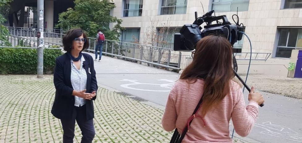 Lanzan huevos en directo a la hija de Ernest Lluch, ministro asesinado por ETA, en la Universidad de Barcelona