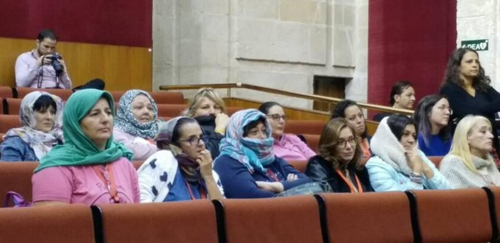 La protesta con hiyab en contra de Vox en el Parlamento andaluz que ha aplaudido Podemos