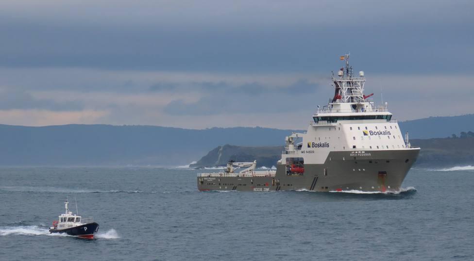 El primer intento para desencallar el buque Blue Star será en el mediodía de este lunes