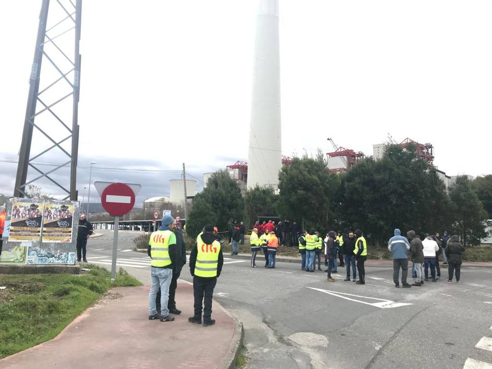 Concentración ante la entrada a la central térmica de Endesa en As Pontes - FOTO: Cedida