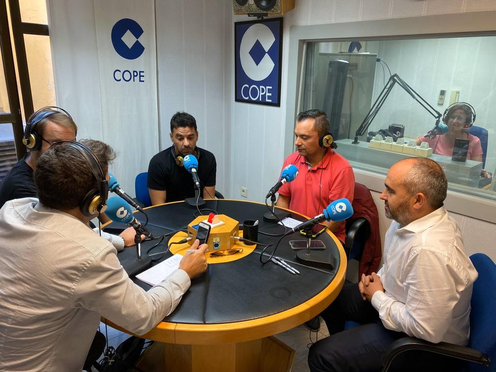 Michel entrevistado en los estudios de Cope Huesca