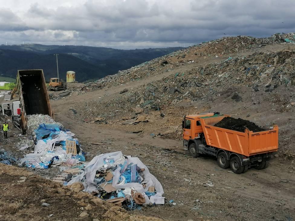 Zona de depósito de residuos en la empresa Xiloga en la parroquia de Seixas, en As Somozas