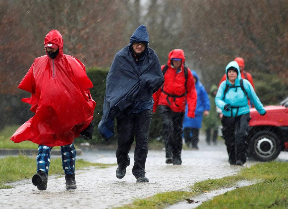 Foto de archivo de unos peregrinos enfrentándose a las lluvias - FOTO: EFE / Eliseo Trigo