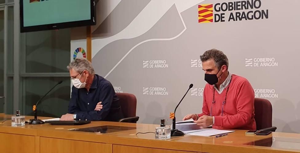 El director general de Asistencia Sanitaria del Gobierno de Aragón, José María Abad, y el director general de Salud Pública, Francisco Javier Falo, en rueda de prensa.
