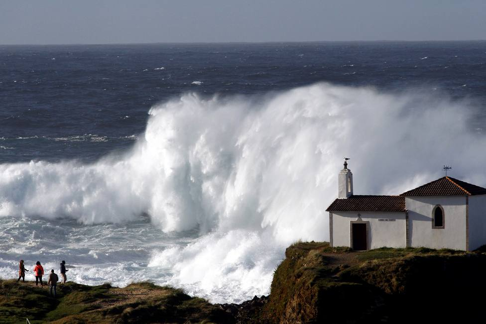 Una gran ola ante la Capilla de O Porto, en Meirás - FOTO: EFE / Kiko Delgado