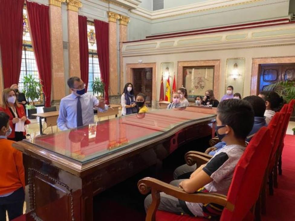 Escolares del colegio Ciudad de Murcia se adentran en el edificio del Ayuntamiento