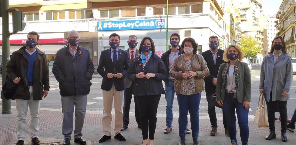 Sevilla.-El PP cuelga una pancarta desde su sede contra la Ley Celaá y llama a secundar la ofensiva para su retirada