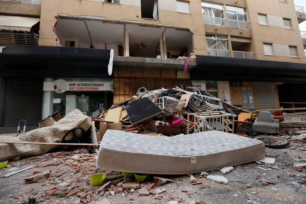 Varias familias son realojadas en hoteles tras la explosión de una vivienda en Torrevieja