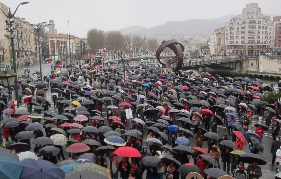 Concentración de pensionistas ante el ayuntamiento de Bilbao