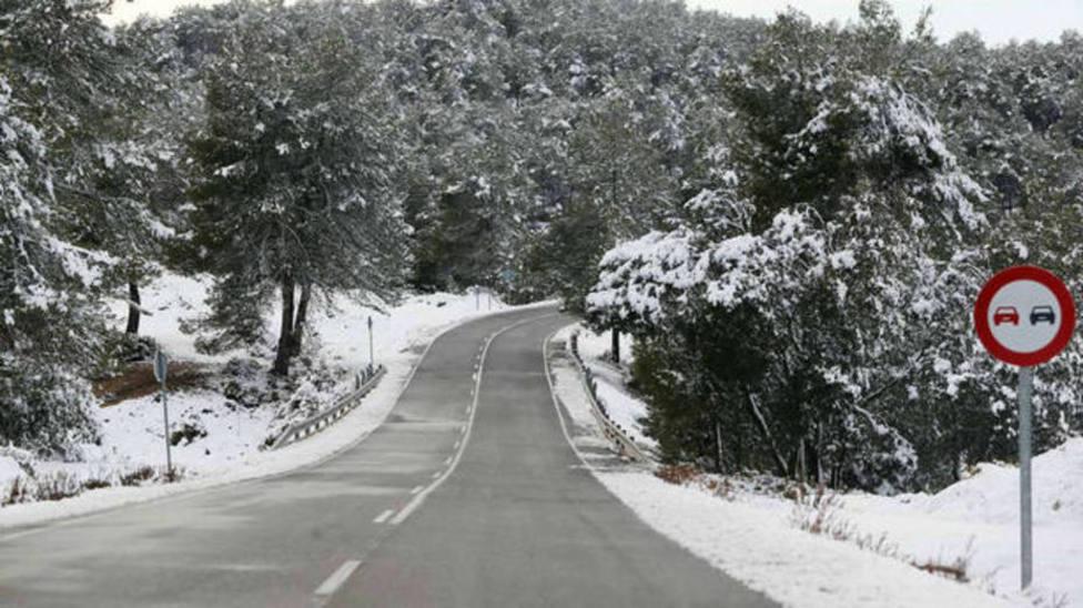Carretera con nieve y placas de hielo