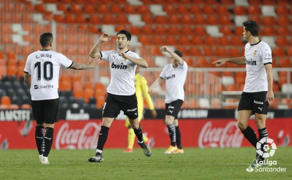 Soler es felicitado por Oliva