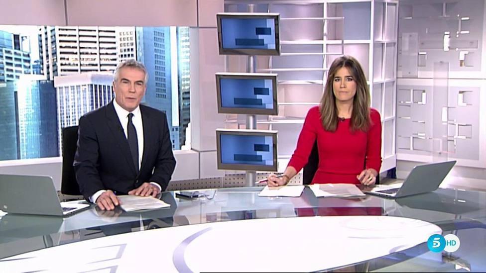 """Isabel Jiménez obliga a David Cantero a despedir el Informativo con un peculiar gesto: """"Te quedas con ganas"""