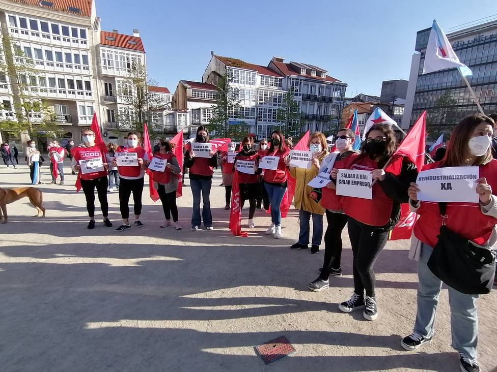 Algunas de las participantes de la concentración desarrollada en la plaza de Armas de Ferrol