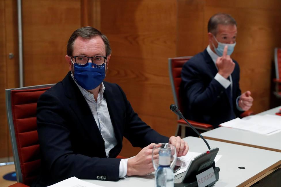 os portavoces en el Senado del PSOE, Ander Gil (d) y PP, Javier Maroto, antes de la reunión de la Mesa de la C