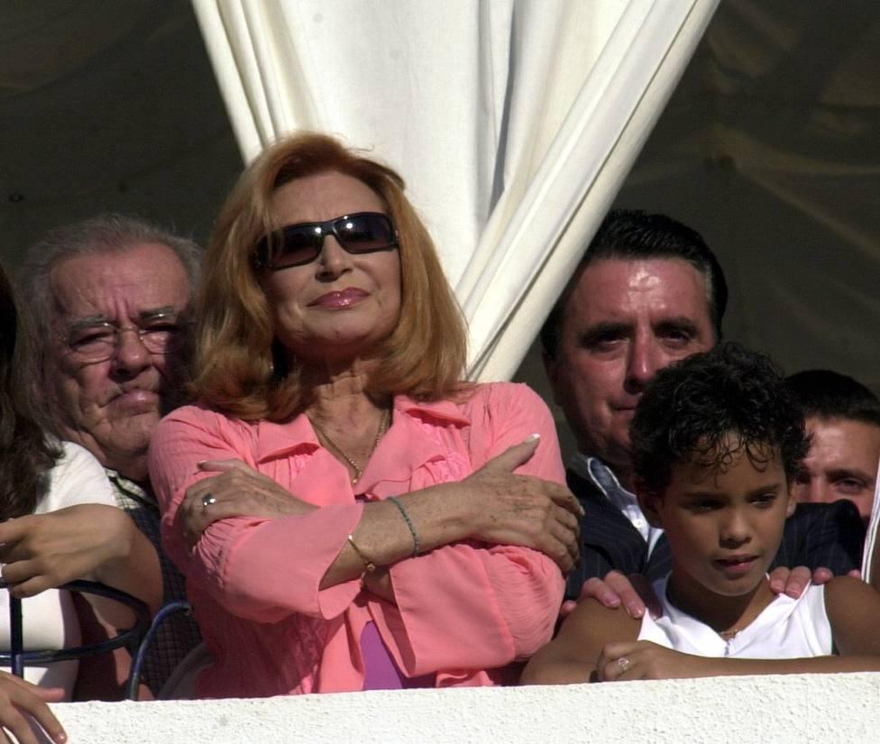 La cantante Rocio Jurado viendo la procesion de la Virgen de la Regla en Chipiona.