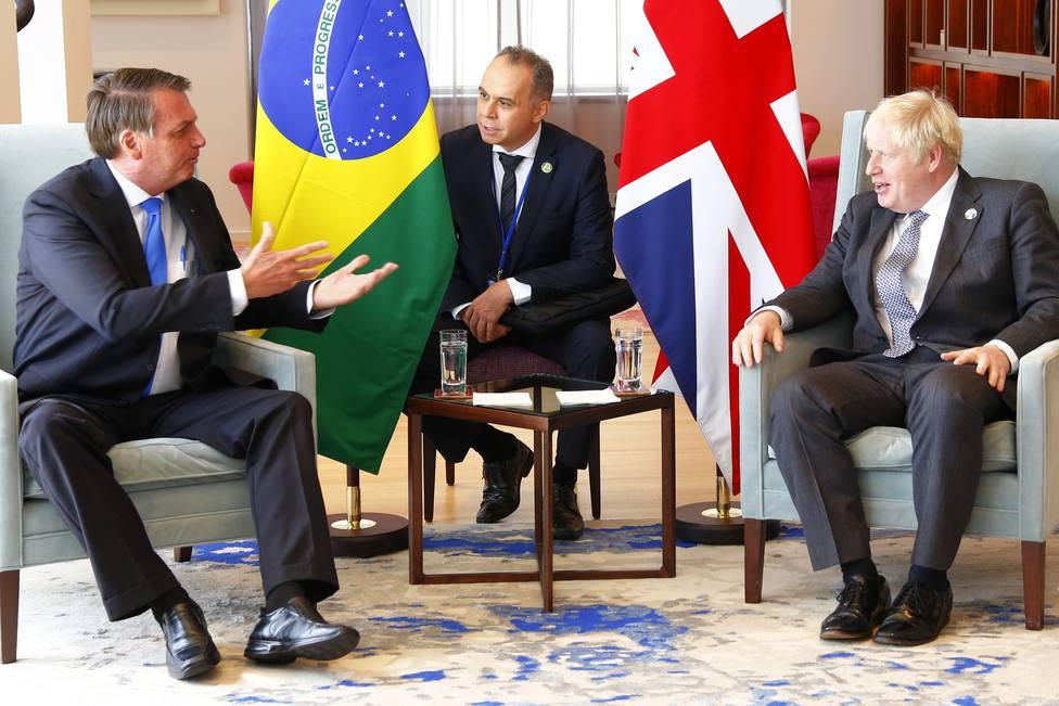 Johnson le recomienda a Bolsonaro la vacuna de AstraZeneca y este le contesta que aún no se ha vacunado