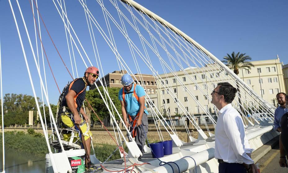 El Ayuntamiento despliega un plan de limpieza integral de los nueve puentes del Río Segura