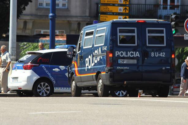 Un joven se da a la fuga tras arrollar con su vehículo a una mujer, que se encuentra grave