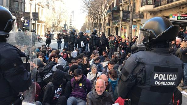 Los Mossos retiran a los concentrados que protestaban ante la Fiscalía de Cataluña
