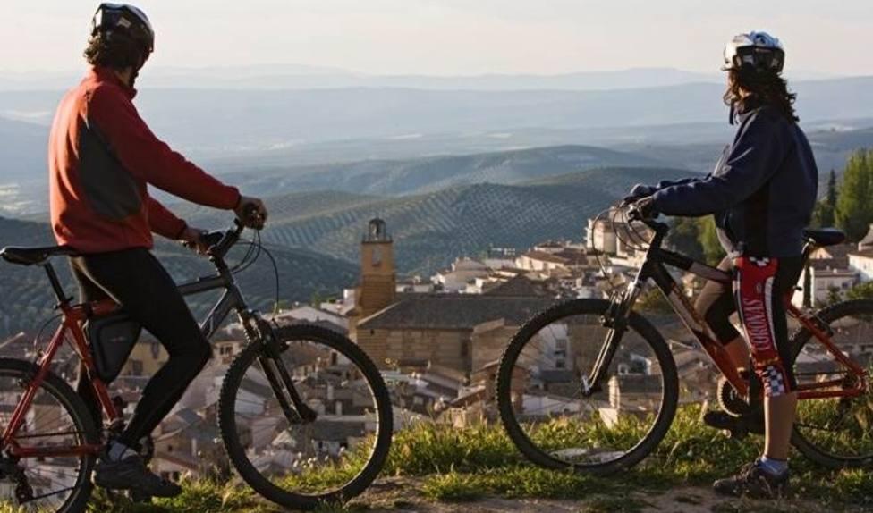 Turistas en bicicleta de montaña