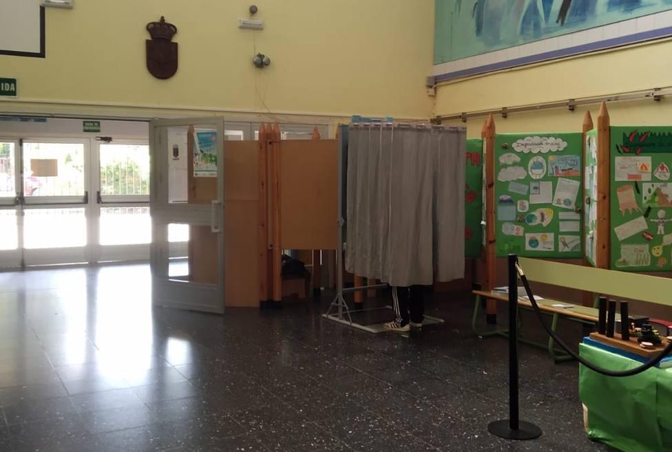 Cabina de votación en el IES As Tellerias, en Narón