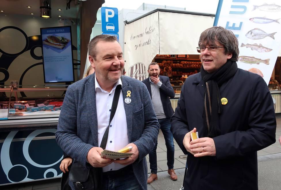 Puigdemont (d), junto al eurodiputado de la N-VA Mark Demesmaeker (i)