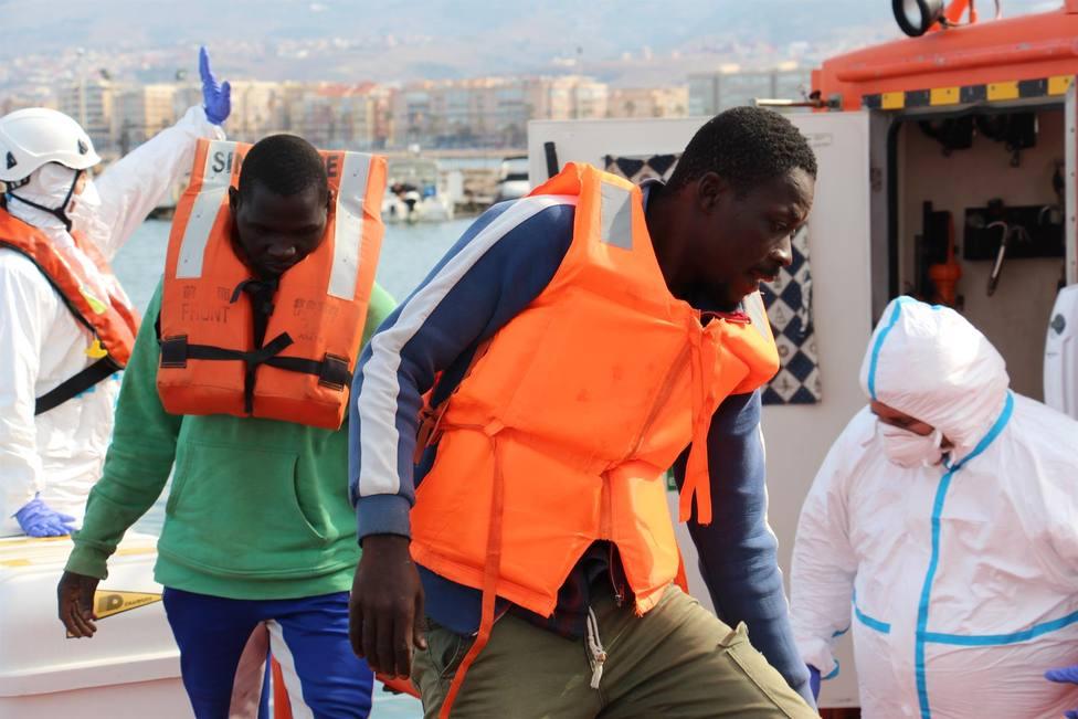 Migrantes en un puerto