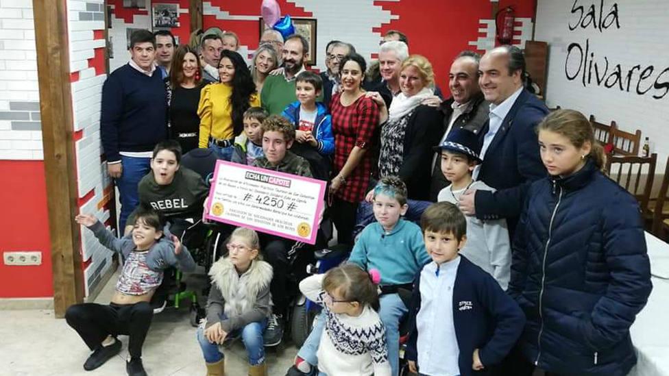 Acto de entrega del cheque con los beneficios del Calendario Solidario a los niños con enfermedades raras