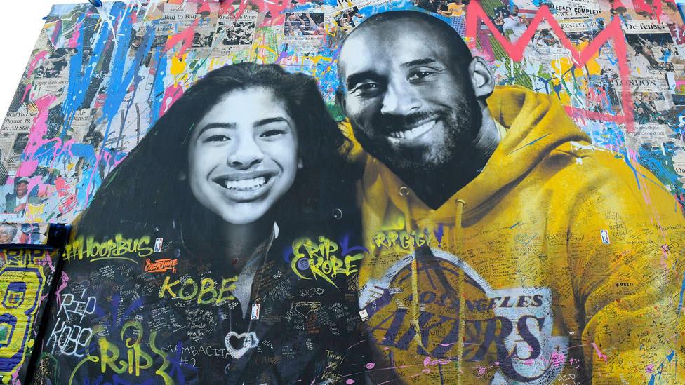 Un retrato de Kobe Bryant y su hija Gianna sobre un muro de Los Angeles. CORDONPRESS