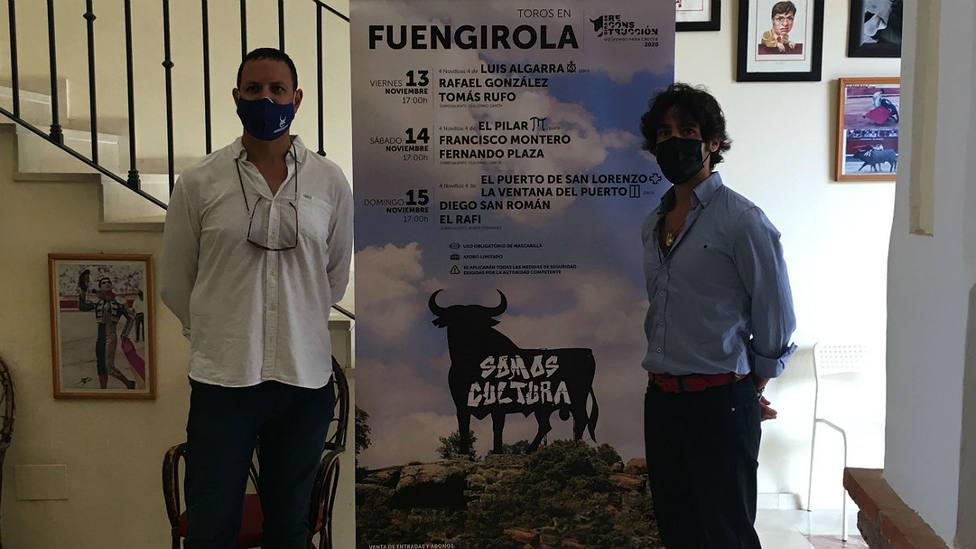 Alberto García y Gerardo Pérez-Clotet junto a los carteles de Fuengirola (Málaga)