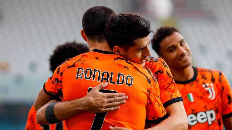 Abrazo entre Álvaro Morata y Cristiano Ronaldo tras marcar un gol con la Juventus. CORDONPRESS