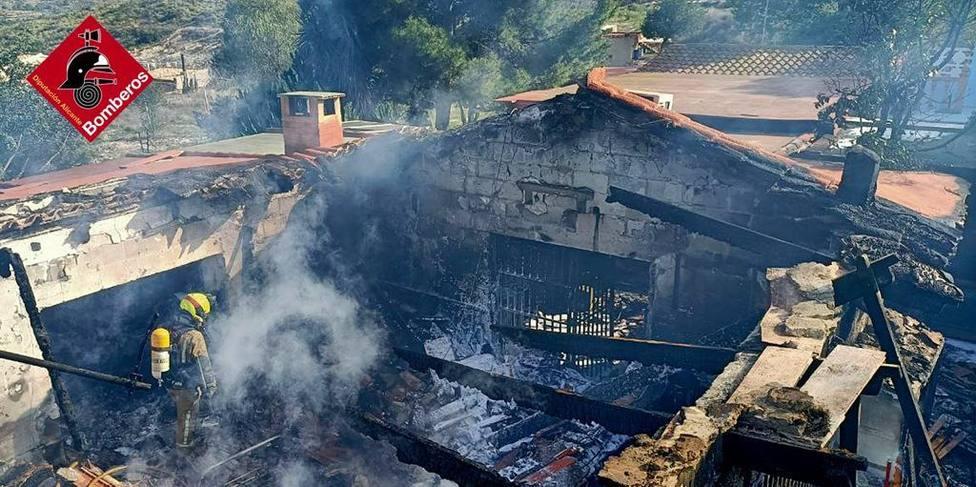 Un fallecido y dos heridos en el incendio de un chalet en Busot