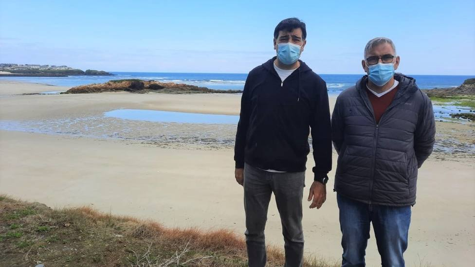 Los diputados populares Javier Castiñeira y José Manuel Gómez en la playa barreirense de Altar
