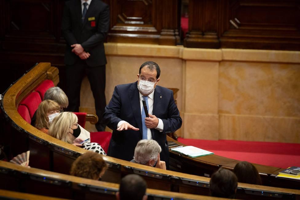 El conseller de Interior de la Generalitat, Joan Ignasi Elena, interviene durante una sesión plenaria