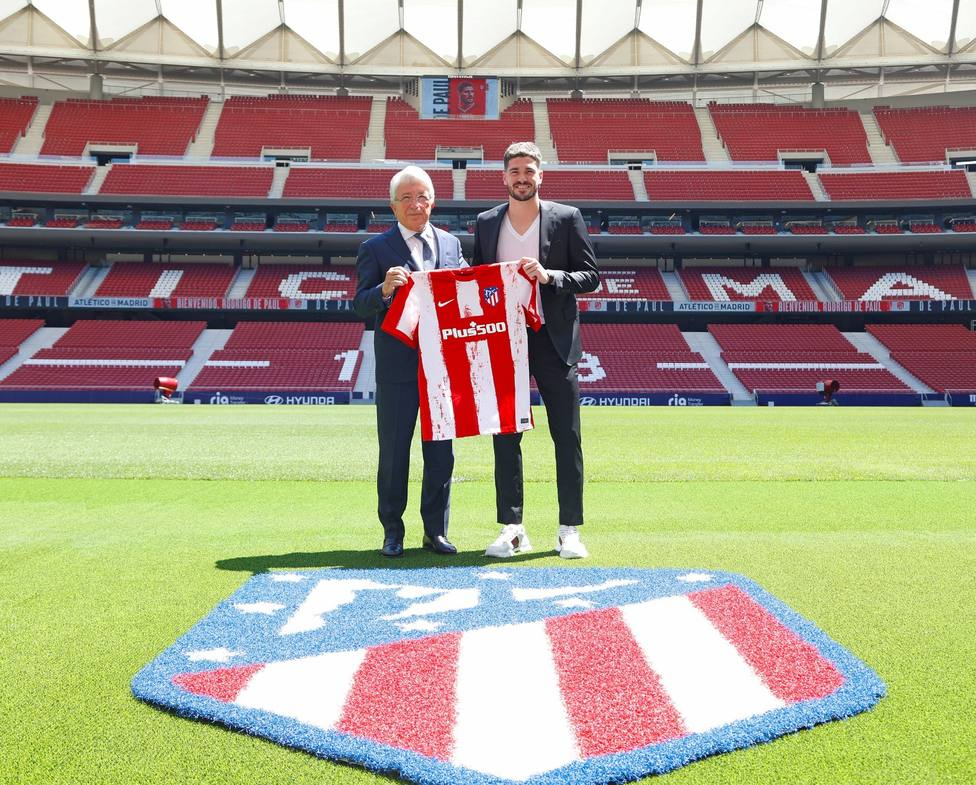 Rodrigo de Paul junto a Enrique Cerezo en el Estadio Wanda Metropolitano.