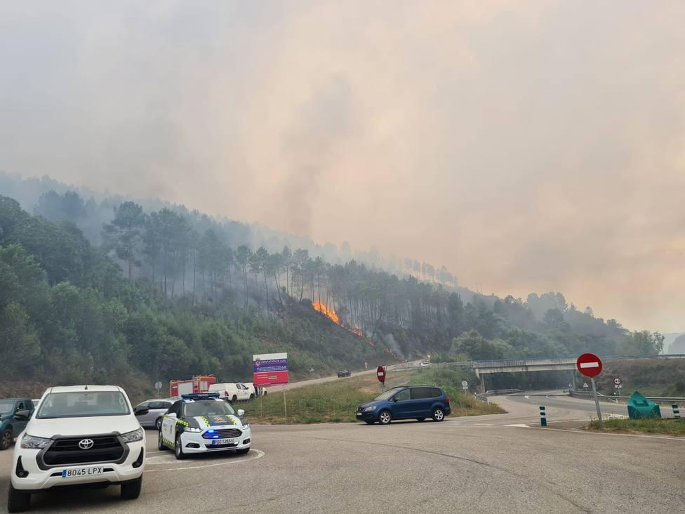El incendio en Ribas de Sil obligó a cortar algunas carreteras locales