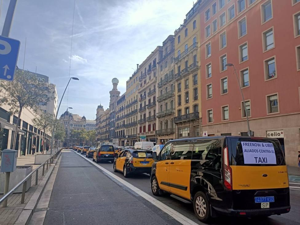 Taxistas durante la marcha lenta este martes en Barcelona