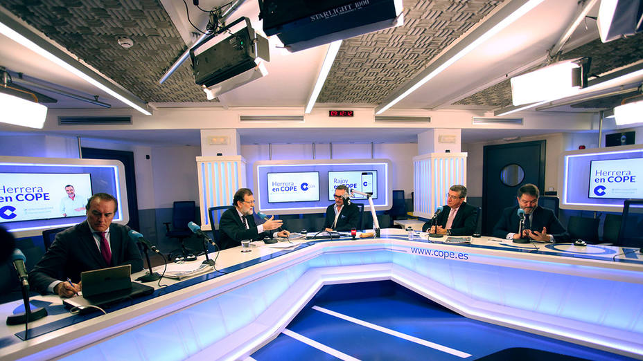 Antonio Jiménez, Mariano Rajoy, Carlos Herrera, Antonio San José y Bieito Rubido durante la entrevista en el estudio Antonio Herrero