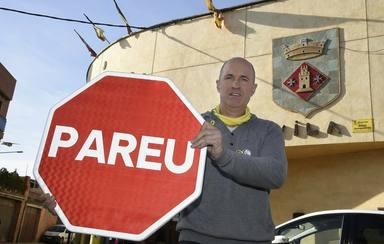 Carles Comes alcalde de Torrelameu mostrando las nuevas señales. Fuente Diario ARA