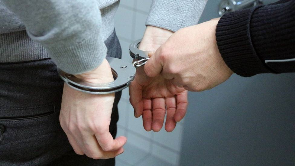 Esposas detenido policía