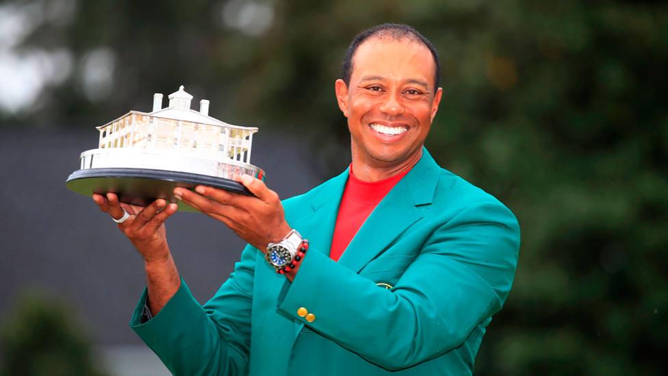 Tiger Woods, con la quinta chaqueta verde de su carrera. EFE