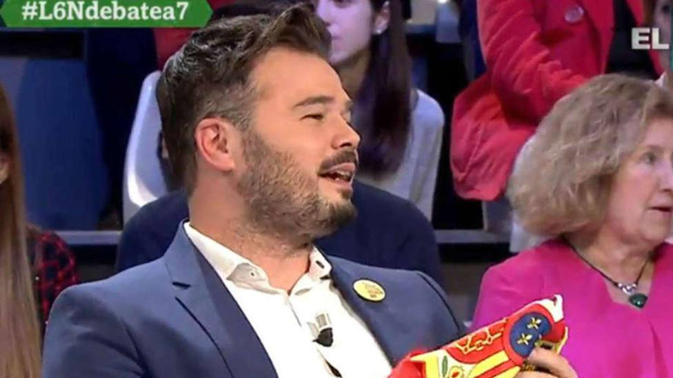 Teodoro García Egea sorprende así a Gabriel Rufián regalándole una bandera de España
