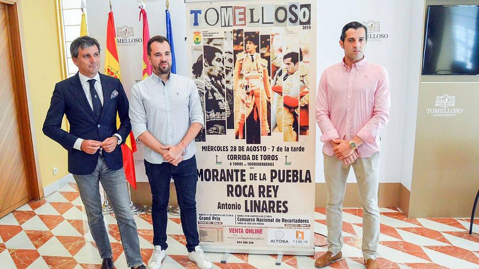 Jorge Buendía, el concejal Raúl Zatón y el diestro Antonio Linares en la presentación del cartel de Tomelloso